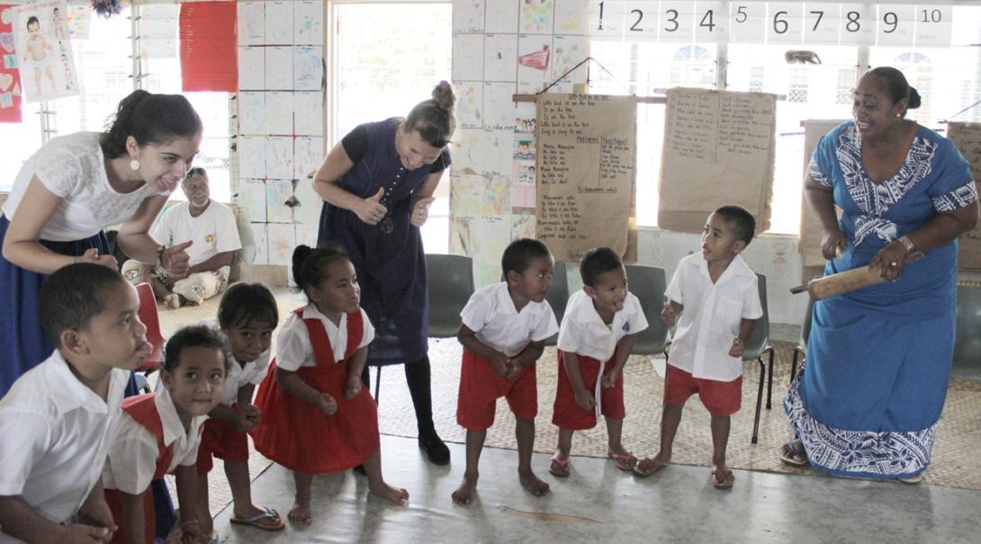 サモアの幼稚園で子供たちと楽しいアクティビティを行うチャイルドケアボランティア